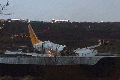 So sah das Flugzeug nach dem Unglück auf dem Istanbuler Flughafen aus. Ein Wunder, dass es nicht noch mehr Tote gab. AFP
