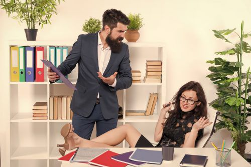 Starallüren und Faulheit kommen im Büro bei den Kollegen nicht gut an. Shutterstock