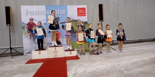 """Stolz präsentierten sich die """"kleinen"""" Läuferinnen nach dem Wettbewerb.eislaufverein dornbirn"""