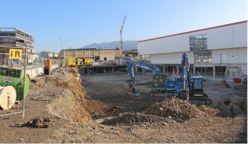 Teil zwei des Tiefgaragenbaus für das Erweiterungsprojekt von XXXLutz in Lauterach. Der bisherige Parkplatz ist derzeit eine Baugrube.