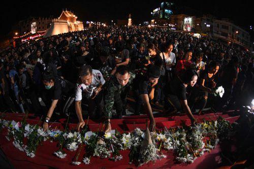 Trauernde legten vor dem Tatort, einem Einkaufszentrum, Blumen nieder. AFP