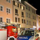 Feuerwehr tritt Türe ein, um Schlafenden zu retten