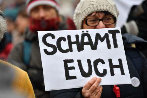Vor dem Landtag in Erfurt kam es zu spontanen Protesten. Erstmals verhalf die AfD einem Ministerpräsident ins Amt. APA