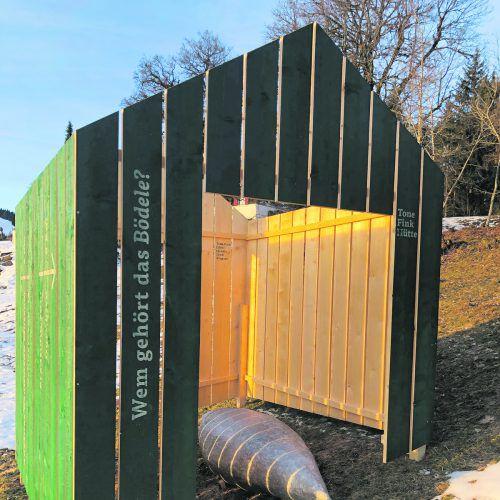 Wegweiserhütte mit Fink-Skulptur auf dem Bödele. Fink