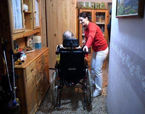 Werden pflegende Angehörige angestellt, müssen die zu Pflegenden den Großteil des Pflegegeldes abliefern. Von ihrem Einkommen dürfen sie 885 Euro behalten.APA