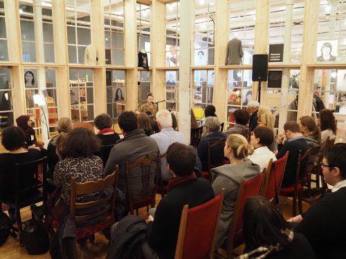 Zahlreiche Interessierten waren in den carla Store nach Bludenz gekommen um bei der Eröffnung der Wanderausstellung dabei zu sein.