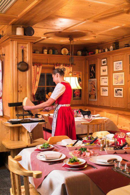 Zu einem richtigen Skiurlaub gehört auch ein Raclette. Das beste, so hört man auch von vielen Lechern, gibt es im Restaurant des Hotels Ilga. Fa/Weissengruber u. Partner