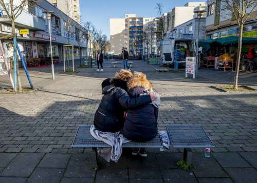 Zwei Frauen trauern vor dem Kiosk, einem der Tatorte in der hessischen Stadt, um die Opfer. AP