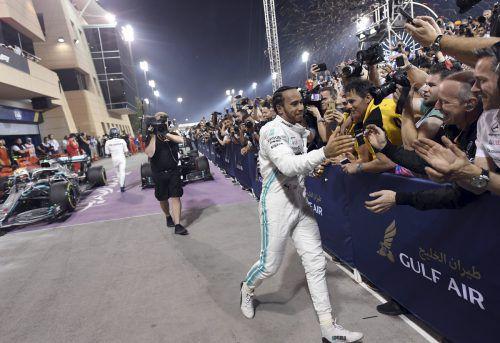 2019 konnte Bahrain-Sieger Lewis Hamilton mit Fans abklatschen, heuer nicht mehr.Ap