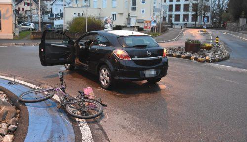 37-jährige Radlerin geriet im Kreisverkehr gegen Pkw. kapo