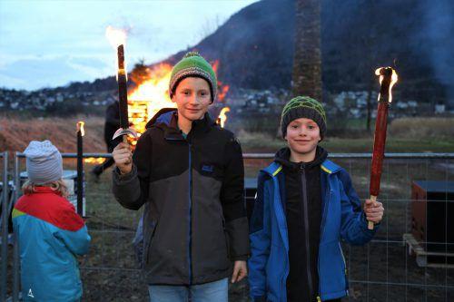 Aaron und Kinder-Oberfunkenmeister Jakob Horvath vor dem brennenden Kinderfunken am Funkenplatz in Tosters Hub. uysal