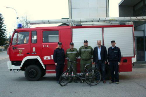 Abschnittskommandant Markus Schupp, Fahrer Markus Blum und Felix Hehle, Bürgermeister Hörbranz Karl Hehle und Feuerwehrkommandant Hubert Schreilechner. chf