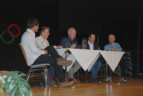 Adi Fischer im Gespräch mit Wolfurter Olympia-Teilnehmern. S. mohr