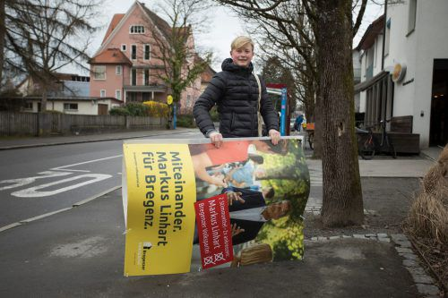 Alexander Müller hilft, die Plakate abzuhängen. VN/Paulitsch