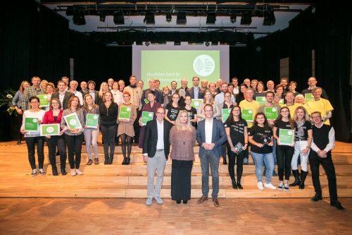 Alle Klimaschutzpreisträger 2018 im J.J.-Ender-Saal in Mäder: Kinder, Schüler, Gemeinden, Vereine, Initiativen, Unternehmer.