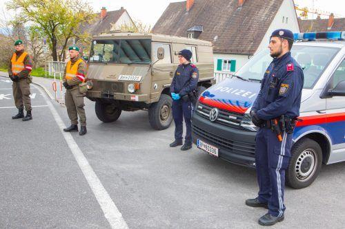 Am Grenzübergang Lustenau, wo derzeit Polizei und Bundesheer kontrollieren, sorgte ein Rentner für Zoff. VN/Hartinger