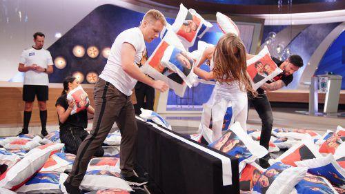 Amira und Oliver Pocher traten beim Duell Kissenschlacht gegen Laura Müller und Michael Wendler an. TV Now/Stefan Gregorowius