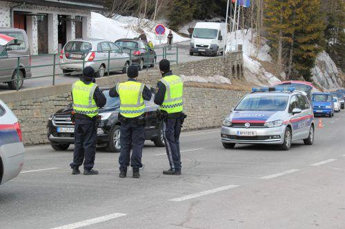 An den Ortseingängen von St. Anton am Arlberg wurden durch die Polizei Kontrollen durchgeführt.