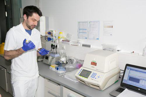 Dank der reibungslos und vor allem schnell umgesetzten Automatisierung kann sich das Team der Pathologie nun intensiver den Coronatests widmen.