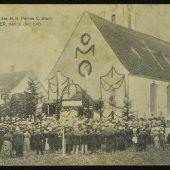 """<p class=""""caption"""">Anlässlich einer Primizfeier entstand am 3. Juli 1910 dieses Bild von der Mäderer Pfarrkirche.</p>"""