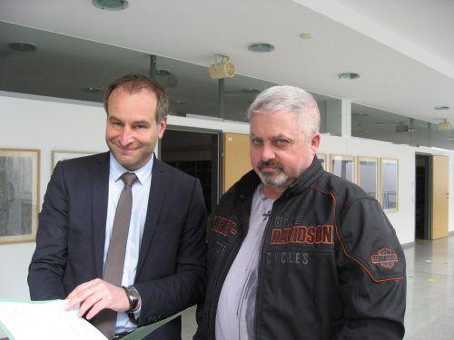 Anwalt Alexander Juen (l.) mit seinem freigesprochenen Mandanten. eckert