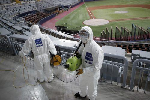 Arbeiter desinfizieren den Gocheok Sky Dome in der südkoreanischen Hauptstadt Seoul.