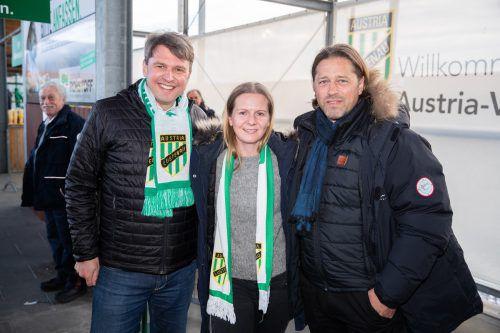 Austria-Fan Karoline Wolfger mit Helgi Kolvidsson und Bgm. Kurt Fischer (l.).