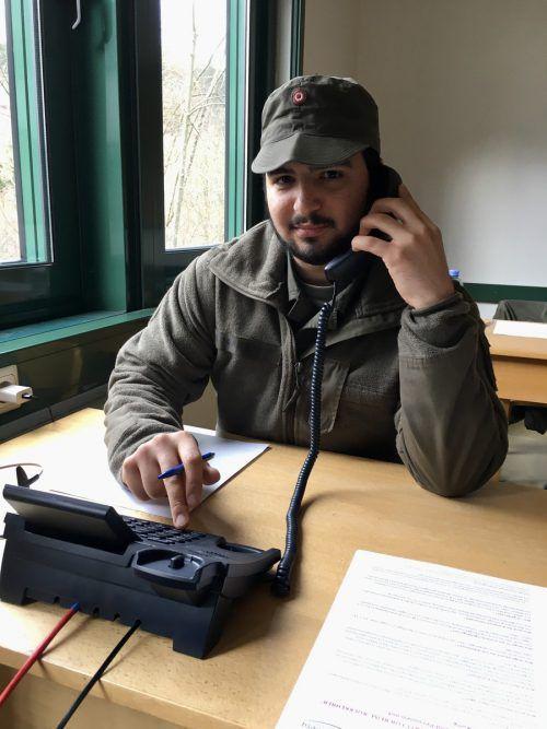 Bahadir Kocabay hilft in der Telefonzentrale in der Walgaukaserne mit. VN/JS