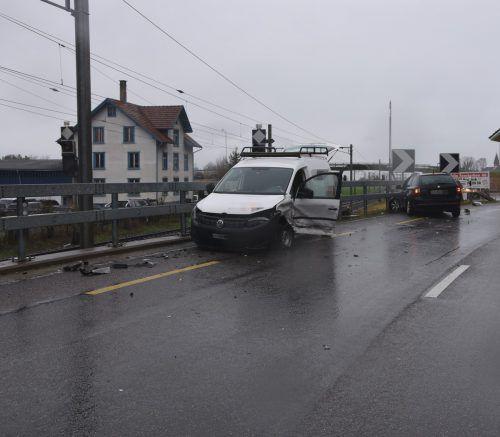 Bei der Kollision wurde ein beteiligter Lenker leicht verletzt. kapo