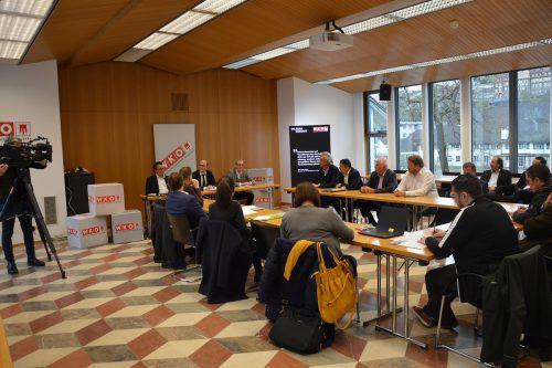 Bei der Verkündung des Ergebnisses durch den Hauptwahlkommissionsvorsitzenden Bezirkshauptmann Herbert Burtscher waren die meisten Fraktionen vertreten.WKV