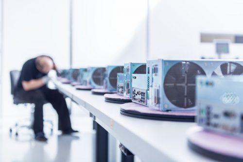 Bei System Industrie Electronic (S.I.E.) werden derzeit mit voller Kraft Steuereinheiten für die Geräte zur Coronavirus-Diagnostik produziert.