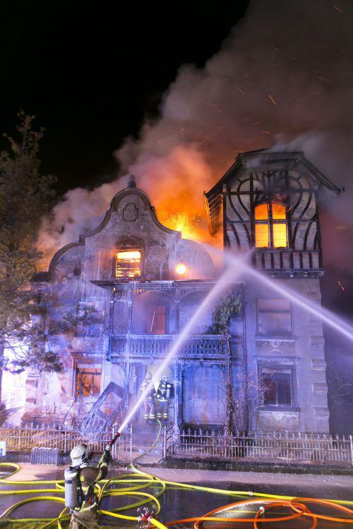 In der Nacht auf Sonntag standen die Feuerwehr Rankweil und benachbarte Wehren bei der Brandbekämpfung im Großeinsatz. d.MAthis