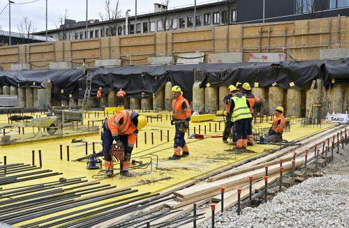 Die Bauwirtschaft samt dazugehörenden Gewerken sucht Hunderte Mitarbeiter im Land. APA