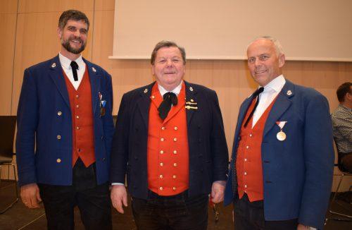 Bezirksobmann Engelbert Bereuter, Vizeobmann Alexander Eberle und Jubilar Adolf Fetz (Mitte).