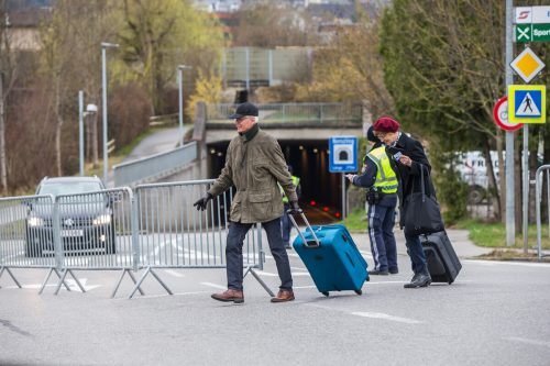 Bis Sonntagmittag konnten Menschen ohne Hauptwohnsitz im gesperrten Gebiet die Ortsteile noch verlassen.