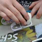"""<p class=""""bodytext"""">Buchstaben rechteckig ausschneiden und auf das Band kleben – den Buchstaben entfernen.</p>"""