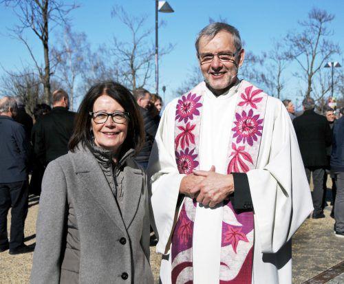 Bürgermeisterin Evi Mair mit dem neuen Pfarrer Erich Baldauf in Hard. ajk