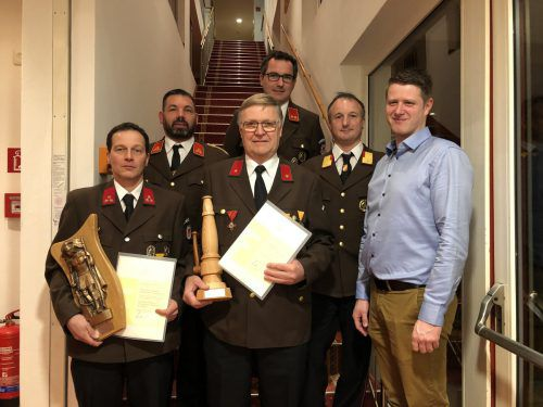 Christian Zachbauer (l.) und Werner Maier (Mitte) wurden für ihre Verdienste bei der Feuerwehr St. Gallenkirch geehrt. Str
