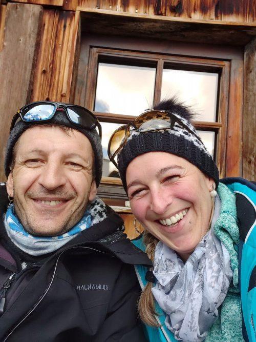 Da waren Sandra und Martin noch gesund und gut drauf. Sandra fing sich das Coronavirus beim Skifahren in Ischgl ein. Martin hustet auch schon.