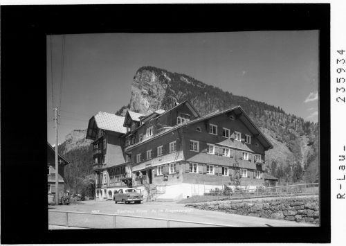 """Das Gasthaus Krone in Au entwickelte sich von einem Jagdhaus zu einem Gasthaus mit landwirtschaftlichen Betrieb. 1904 baute es Pius Berlinger zu einem Sommerhotel mit der Fernsprechnummer """"1"""" aus. Sammlung Risch-Lau, Vorarlberger Landesbibliothek"""