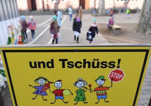 Den Schulen fehlten am Montag österreichweit zum ersten Mal die Schüler. Wie lange sie wegbleiben werden, weiß niemand.