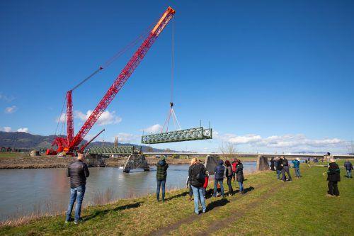 Der 100 -Tonnen-Schwerlastkran hob die Elemente des Tragwerks mühelos von der Brücke. Einige Schaulustige ließen sich den imposanten Abbau nicht entgehen. VN/Hartinger