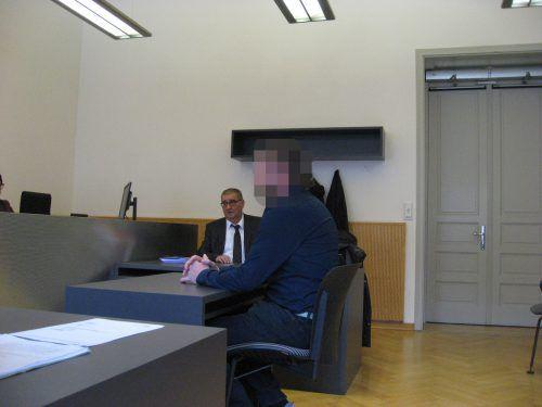 Der Angeklagte mit seinem Verteidiger German Bertsch vor Gericht. eckert