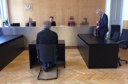 Der Angeklagte, verteidigt von Anwalt Bertram Grass (r.), wird nicht nur der Abgabenhinterziehung, sondern auch des Amtsmissbrauchs beschuldigt. vn(GS