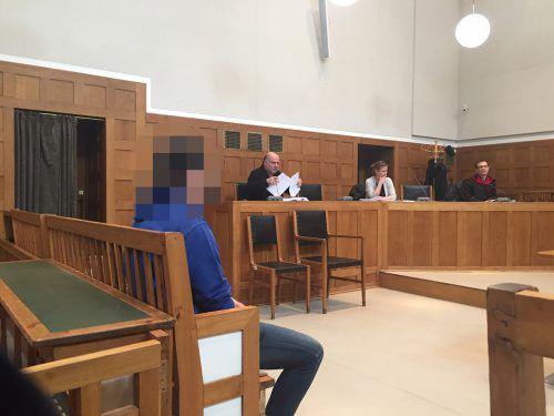 Der Angeklagte wartet vor Gericht auf seine Einvernahme.vn/gs