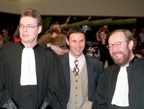 Der belgische Ex-Fußballer Jean-Marc Bosman, im Bild von 1995 mit seinen Anwälten Luc Misson (rechts) and Jean-Louis Dupont (links).afp