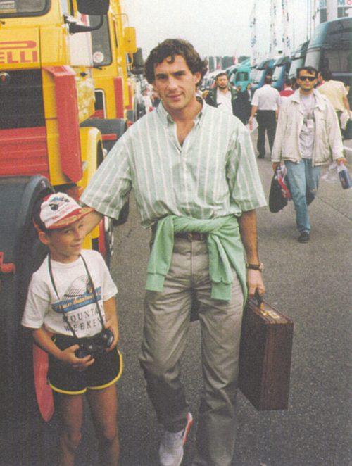 Der damals achtjährige Christian Klien mit Formel-1-Ikone Ayrton Senna.privat