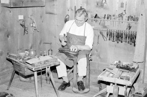 Der Holzschuhmacher war vom 15. bis zum Beginn des 20. Jahrhunderts ein weit verbreitetes Handwerk. Stellte der doch das alltägliche Schuhwerk der ländlichen Bevölkerung her.Sammlung Historische Schrägluftaufnahmen; Ignacio Martinez; Oliver Benvenuti; Ansichtskartensammlung; Vorarlberger Landesbibliothek
