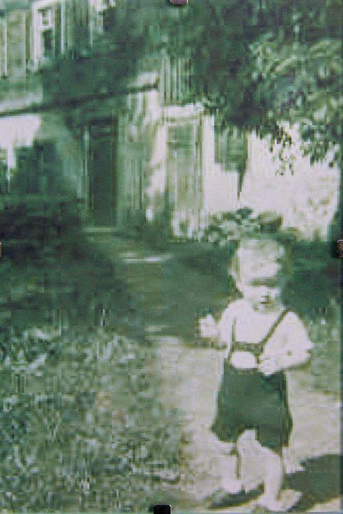 Der kleine Reinhold Bilgeri in seiner Geburtsstadt Hohenems.