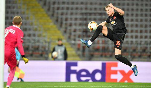 Der Manchester-United-Express überrollte den LASK vor gespenstischer Kulisse im Achtelfinal-Hinspiel der Europa League: Uniteds Supertalent Scott McTominay prüft hier LASK-Tormann Alexander Schlager.gepa